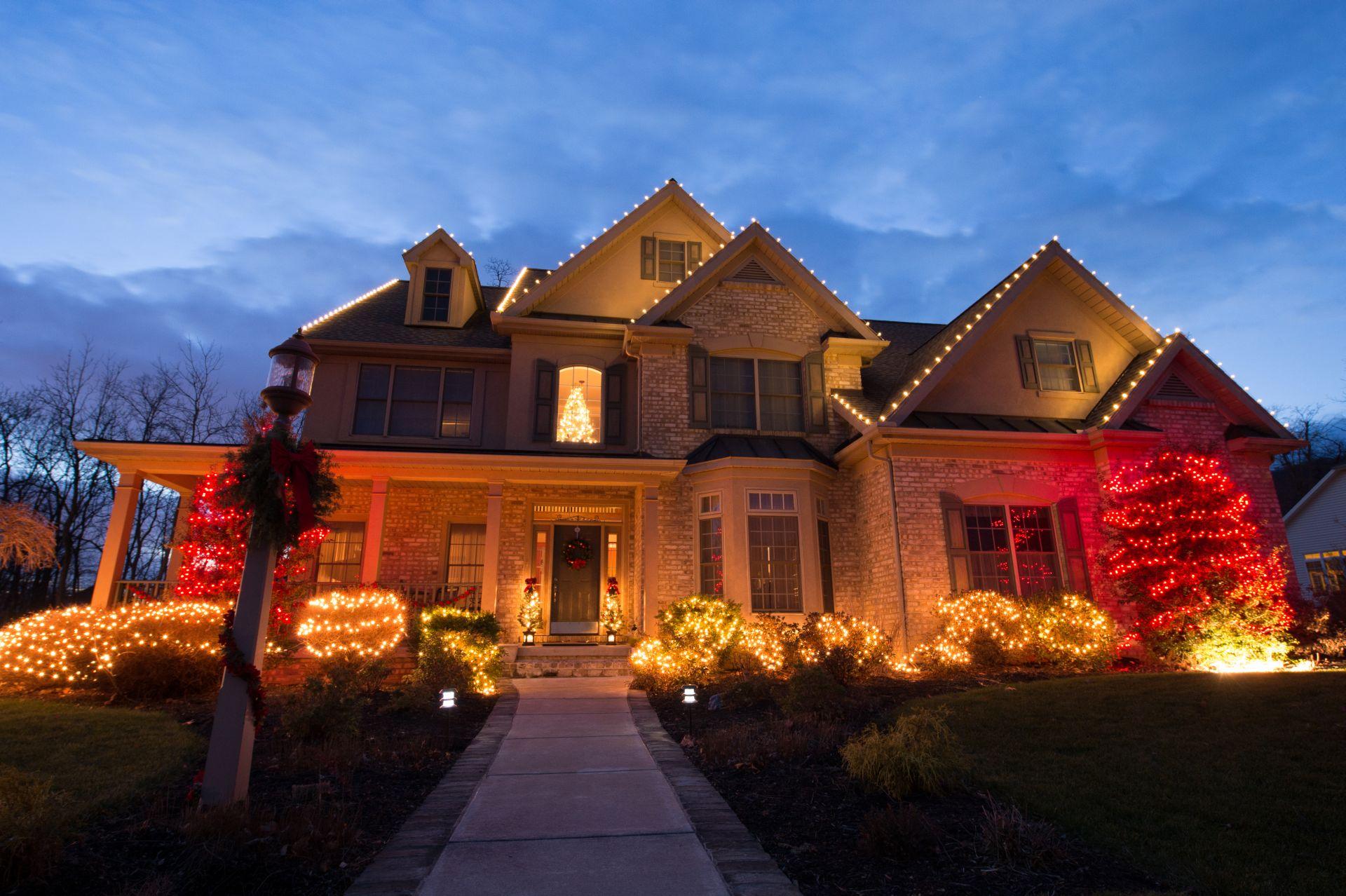 Seth_Maurer_Landscaping_Holiday_Decorating_Roof_Line_001_002